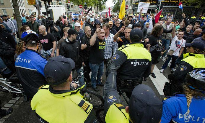 Demonstranten worden geblokkeerd door de politie tijdens de 'Mars van de vrijheid'