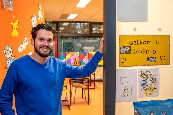 Zij-instromer Stanley van Aken (27) bij zijn klaslokaal op De Springplank in Halsteren.