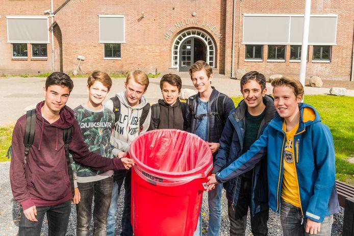 De leerlingen Bernard, Coen,  Teun, Thomas, Florian, Jaafar en Floris gaan actie voeren voor het minderen van plastic afval.