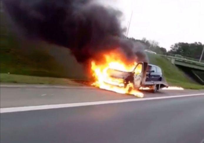 De vlammen sloegen wild om zich heen langs de A19 in Geluveld.