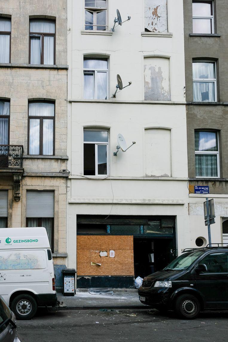 De zak werd ontdekt in de eerste trede van een trap die leidt naar de overloop van het appartement van de betrokkene.