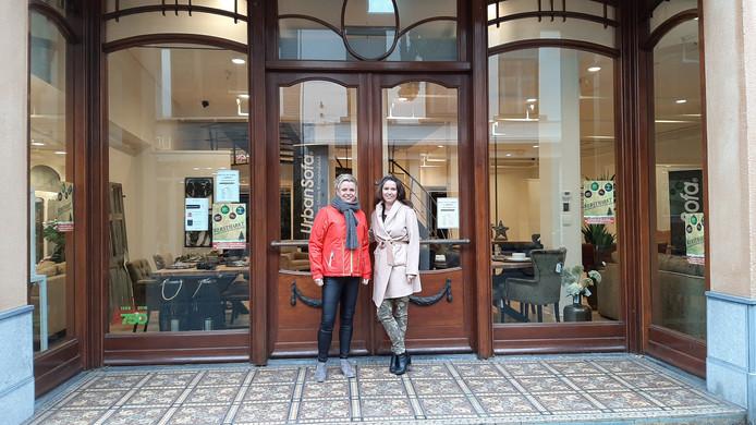 Christel Goorden (l) en Sylvia Torn (r) voor het winkelpand in de Raadhuisstraat.