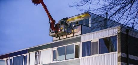 Brandweer redt vader en zoon van balkon bij woningbrand in Apeldoorn