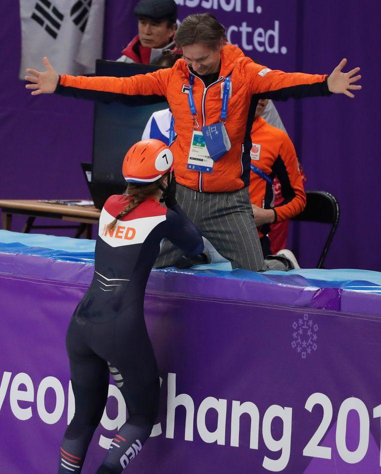 Suzanne Schulting viert feest met coach Jeroen Otter. Beeld AP