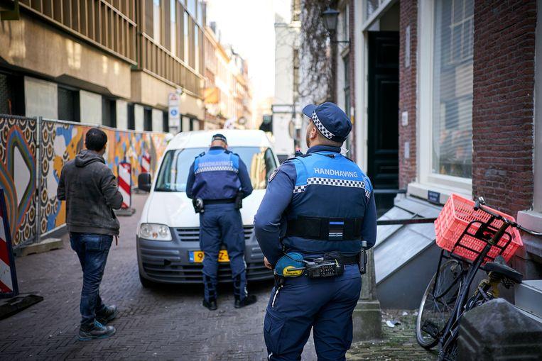 Boa's van de gemeente surveilleren in het centrum van Den Haag. Beeld Phil Nijhuis