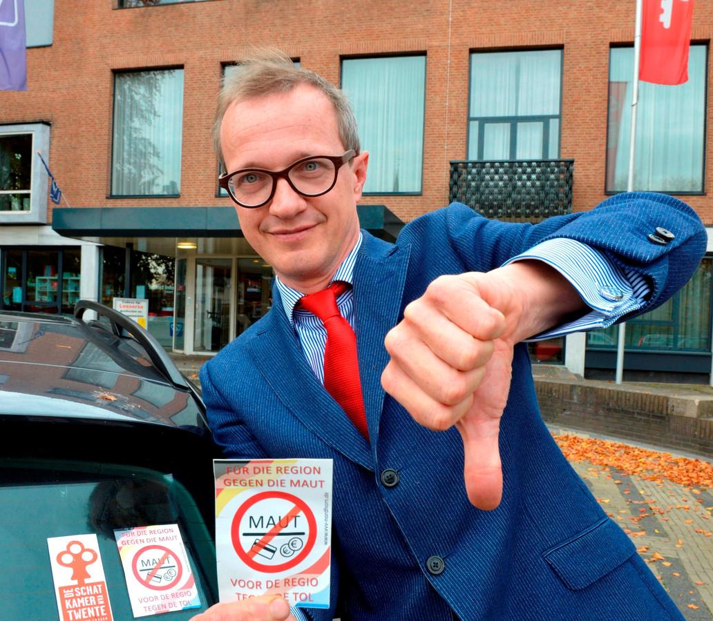 Michael Sijbom, burgemeester van Losser, met zijn anti-tolsticker. Sijbom verzet zich al langer tegen de tolheffing. Foto: Carlo ter Ellen