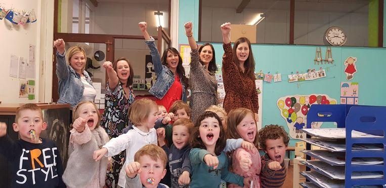 De oprichtsters van SuperKrachtig Lekker op de kinderafdeling van het UZ Gent. (met onderaan tweede van links Jasmijn, de dochter van Kim Milants)