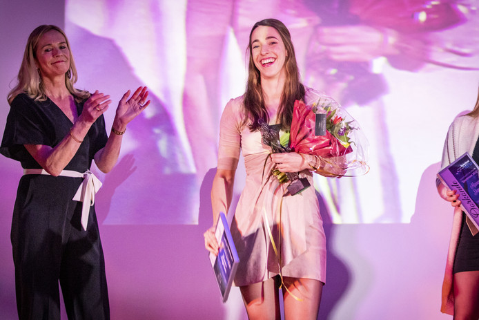 Zwemster Lonne Dijkhuis werd verkozen tot Sportvrouw van het jaar bij het sportgala Dinkelland.