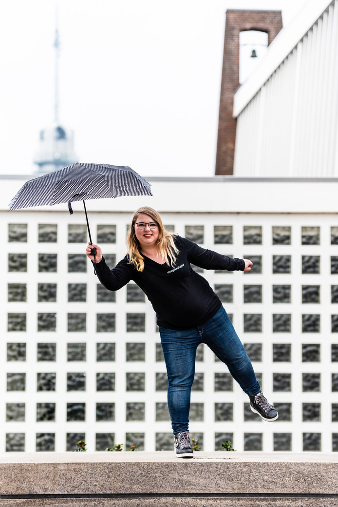 Lianne klimt op palen om haar balans te oefenen, ze is ook op slecht weer voorbereid.