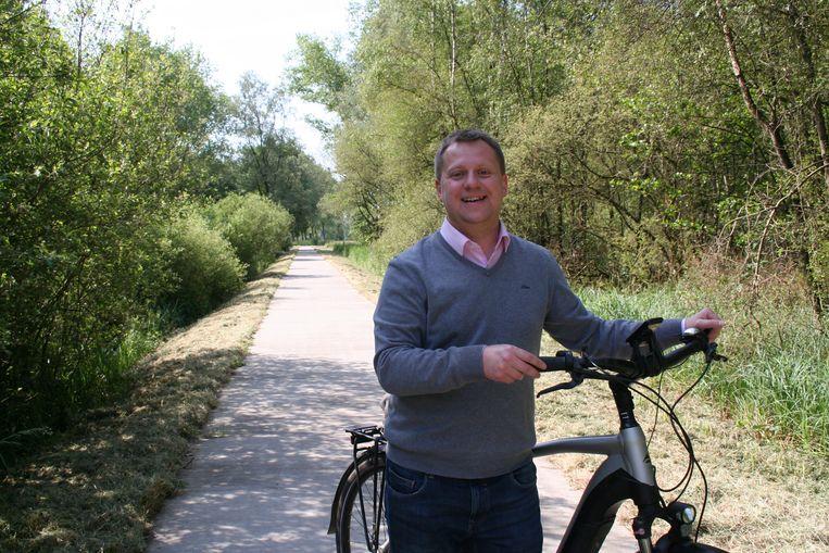"""Het fietspad langs de Weimanstraat in Sinaai beschikt niet over verlichting en van het Agentschap Natuur en Bos mag er zelfs geen verlichting komen. """"Hier is zo'n fluorescerende strook een uitstekend alternatief"""", aldus Karel Noppe."""