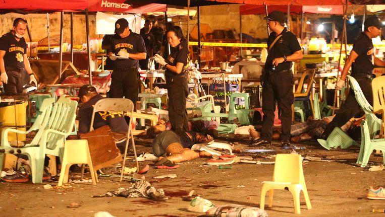 De politie zamelt bewijs in op de plaats waar gisteravond de explosie plaatsvond.