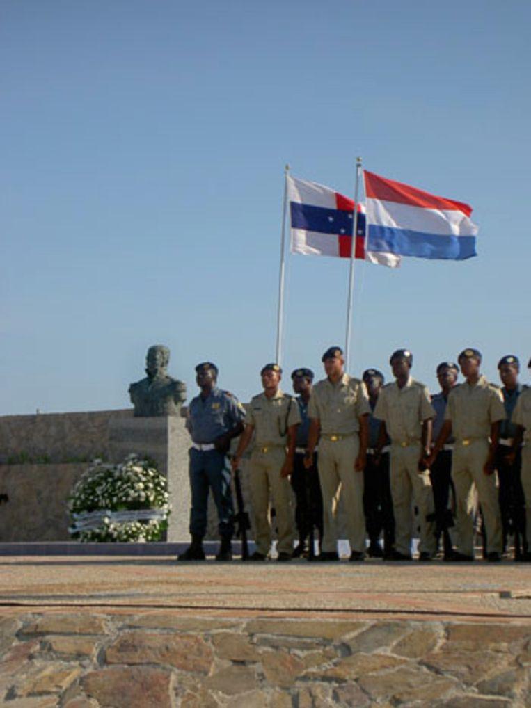 Militair onthaal voor buste Kikkert op Curacao Beeld
