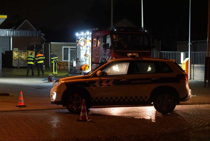 De politie doet verder onderzoek in de loods en heeft contact met het team Landelijke Faciliteit Ondersteuning Ontmantelen (LFO). Later vanavond komt dat team ter plaatse.