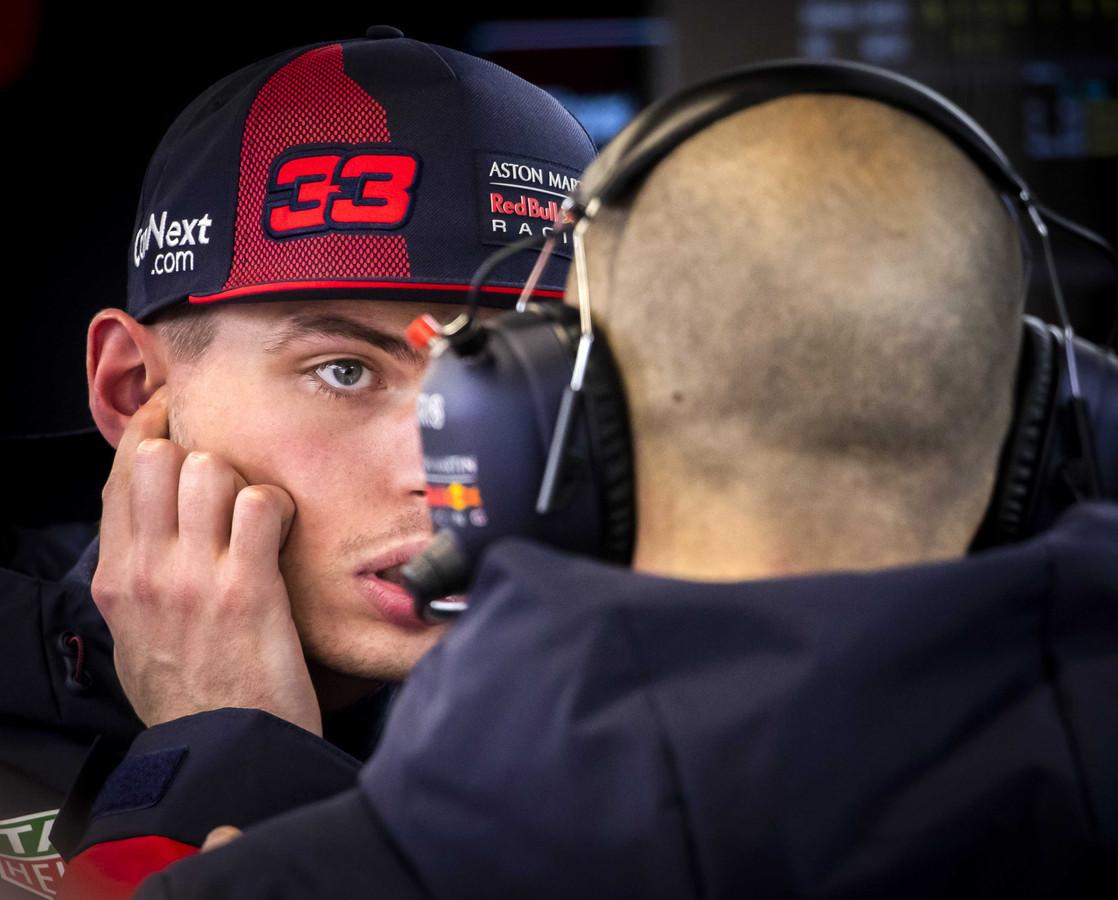 Max Verstappen in de pitbox tijdens de eerste officiele testdag van het nieuwe Formule 1-seizoen in Barcelona.