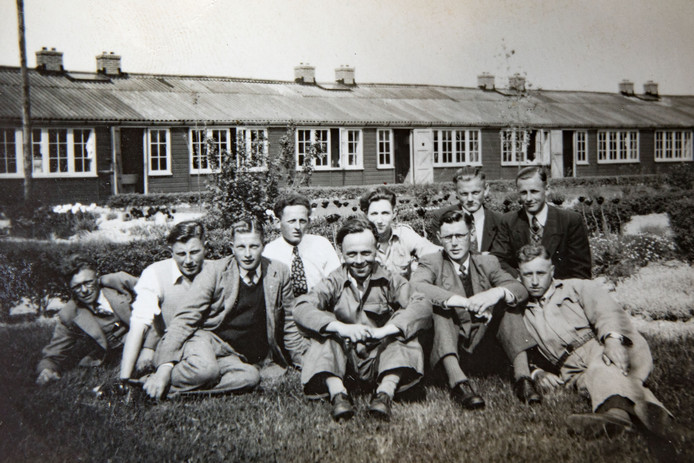 Een groep jongemannen uit het werkkamp Espel. Op de voorste rij, tweede van rechts, zit Theo Steverink.