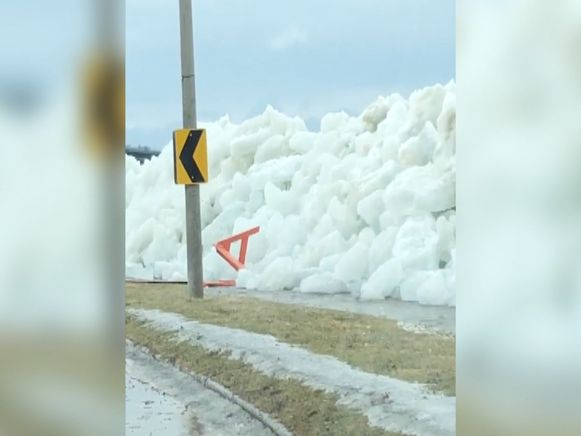 De ijsblokken vlogen meters ver en hoog, over een steunmuur heen.