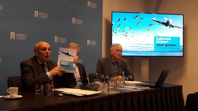 Actiegroepen presenteren hun rapport tegen de opening van Lelystad Airport.