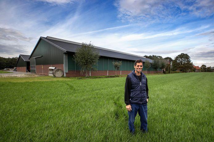 Het dak van zijn stal wil Arno Kuijlaars uit Wintelre volleggen met zonnepanelen, maar dat mag hij niet.