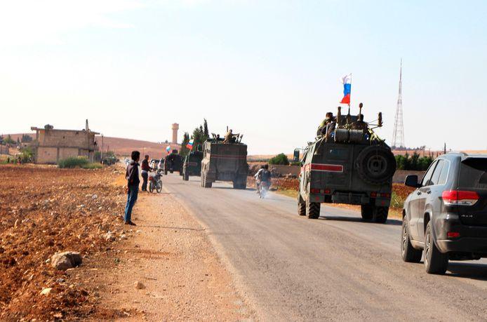 Russische troepen trekken de Syrische grensstad Kobani in.
