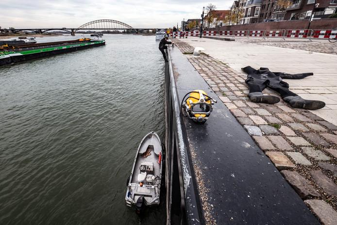 PR dgfoto Gelderlander Nijmegen: Hercules Duikbedrijf repareert damwand Waalkade