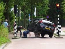 Automobilist rijdt zich vast op poller in Wassenaar