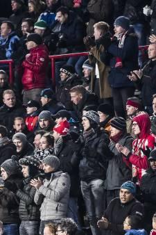 Applaus op tribune en staande ovatie voor overleden PSV-fan Jordy (22) in Philips Stadion