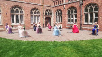 Laatstejaars Mode van Heilig Graf tonen creaties via lege etalages in stad
