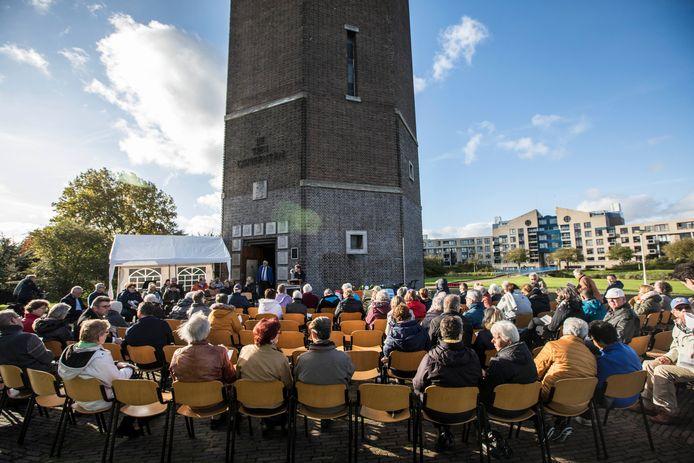 Bij de herdenking vorig jaar mochten de bezoekers nog naast elkaar zitten. Dit jaar moet afstand worden gehouden.