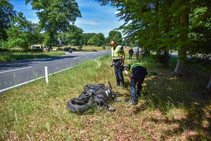 Een motorrijder is gewond geraakt bij een aanrijding op de kruising van de Amsterdamseweg met de Van Limburg Stirumlaan in Arnhem.