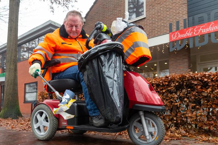 Jan Vos uit Staphorst is aan een scootmobiel gekluisterd. De Vos houdt dagelijks, gewapend met een papierprikker en een aan zijn voertuigje bevestigde vuilniszak, het centrum schoon van afval.