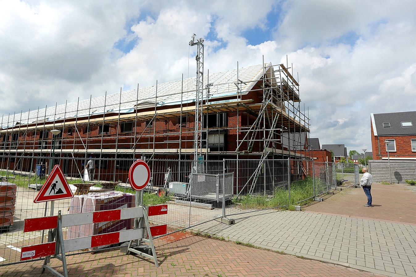 Een toekomstig bewoner van het hoekhuis komt naar de voortgang van de bouw in Veenendaal-Oost kijken.