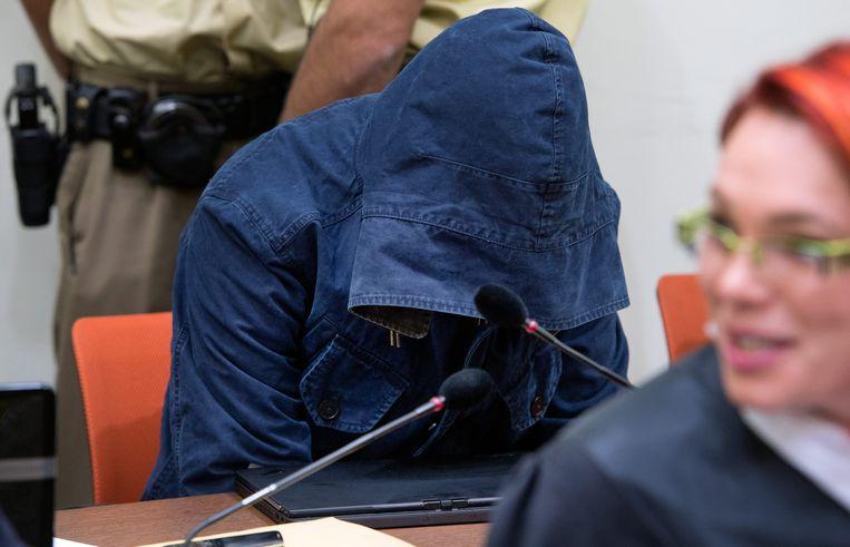 Verdachte van lidmaatschap van de NSU in de rechtbank van München wil anoniem blijven. Beeld EPA