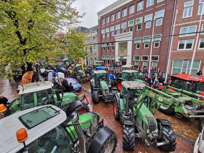 In Leeuwarden trok de provincie Friesland voor het weekeinde de stikstofregel in na een protestactie bij het provinciehuis. Vandaag volgen boerenprotesten in onder meer Zwolle, Arnhem en Lelystad.