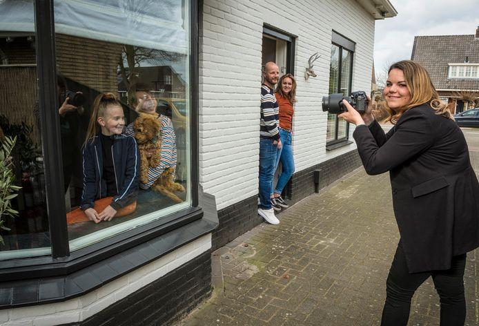 Lisette Vossebelt maakt raamportretten.