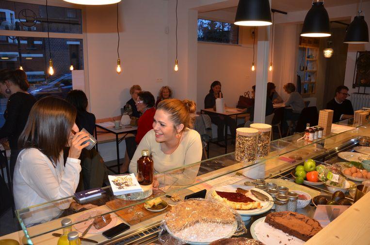 Het is al meteen gezellig druk in de nieuwe koffiebar in de Durmelaan.