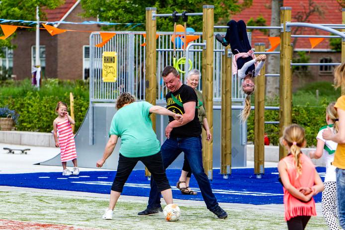 De sport- en speelontmoeting in Lierderholthuis is zaterdag geopend. Er werd direct 's middags al grif gebruik gemaakt van de diverse voorzieningen.