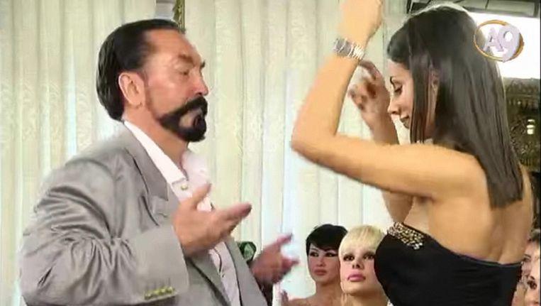 Harun Yahya dansend tijdens zijn tv-show. Beeld Youtube