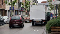 """Gedaan met dubbelparkeren op Merodelei: """"Niemand mag er nog stilstaan op de rijbaan"""""""