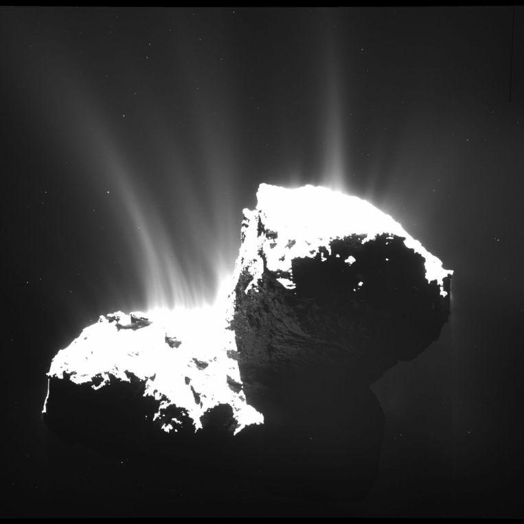 Deze foto van komeet 67P/Churyumov-Gerasimenko is op 22 november 2014 gemaakt door de Europese ruimtesonde Rosetta. De kern is opzettelijk overbelicht om de 'jets' van gas en stof die de komeet uitstoot beter te laten zien. Beeld ESA/Rosetta/MPS for OSIRIS Team MPS/UPD/LAM/IAA/SSO/INTA/UPM/DASP/IDA