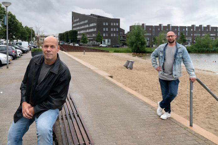 Mike Hannink (l) en Martijn Klijmij zijn de overlast op het strand van de Groote Wielen beu.