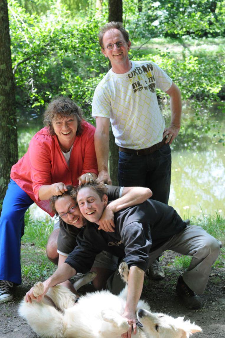 Margot de Jong met haar man en twee zoons Beeld Dana Ploeger