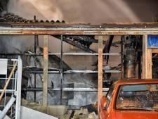 Brand bij bedrijfspand in Tilburg, brandweer blust met kanaalwater