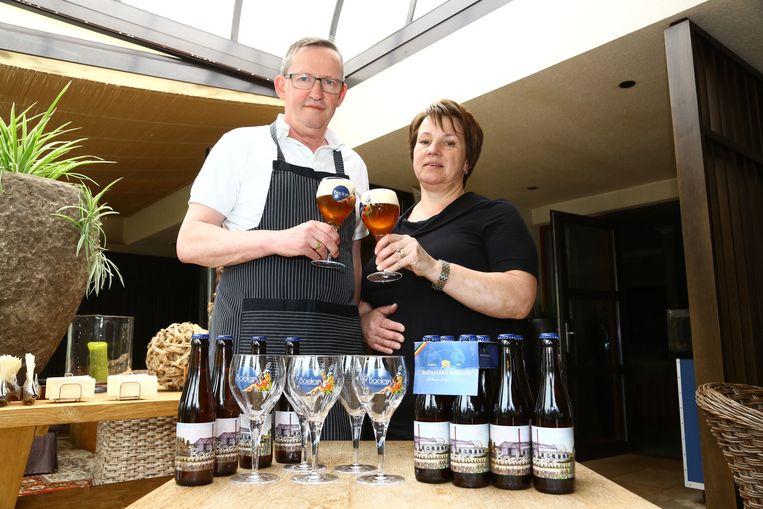 Dirk Boelens en Mireille Praet met het huisbier 'Boeleke'.