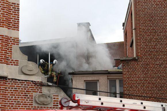 Door de brand aan het rooster ontstond er rookontwikkeling, maar de schade bleef beperkt tot de toiletruimte.