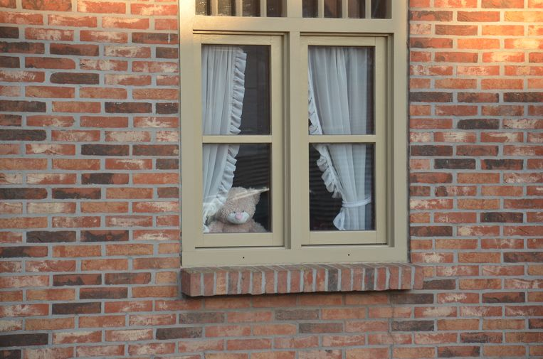 Wellenaren plaatsen een teddybeer voor hun venster - Broekstraat