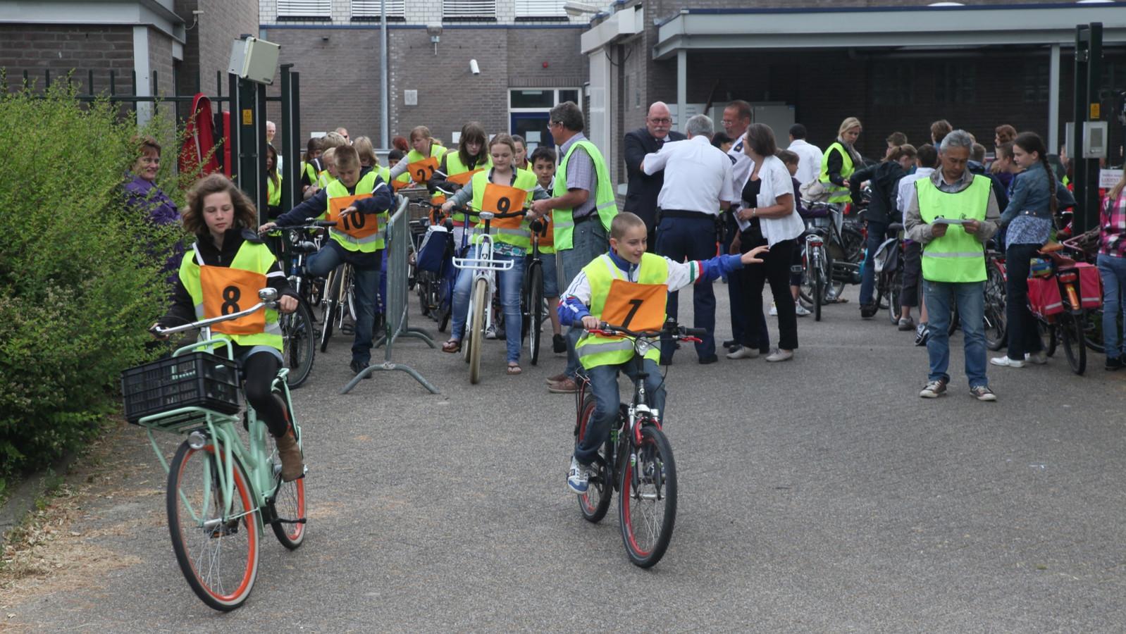 Kinderen doen verkeersexamen in Tiel.