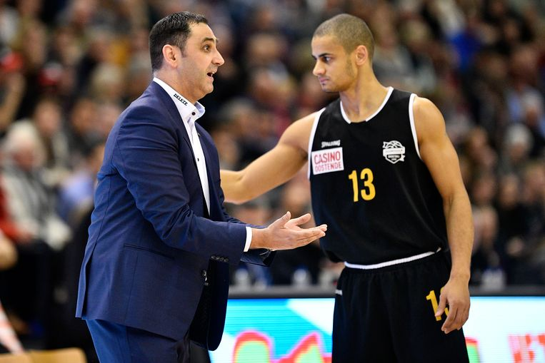 Oostende-coach Dario Gjergja metJean Salumu.