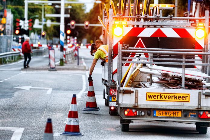 Wegwerkers sluiten de spoorwegovergang in de Hoofdstraat bij station Driebergen-Zeist af. Voorgoed. Over ruim twee weken gaat de passage weer open als tunnel.