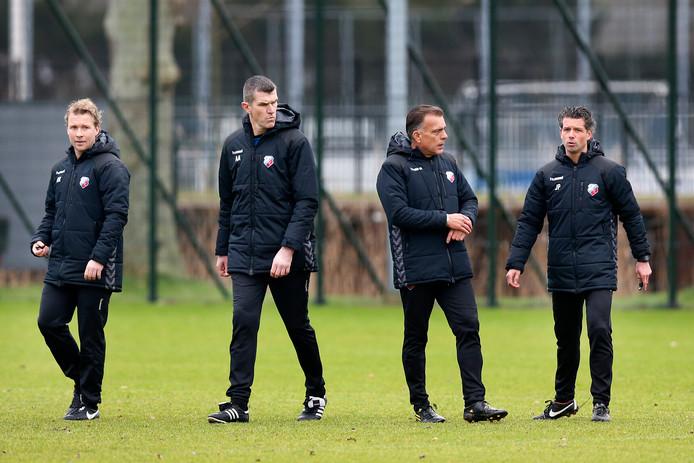 Luc Nijholt als derde van links, omringd door assistenten Rick Kruys en Marinus Dijkhuizen (links) en trainer Jean-Paul de Jong