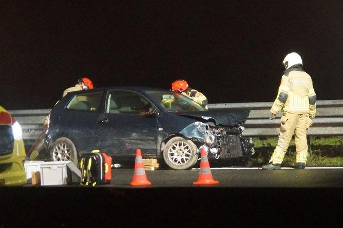 Schade bij een auto na een ongeluk op de A59.